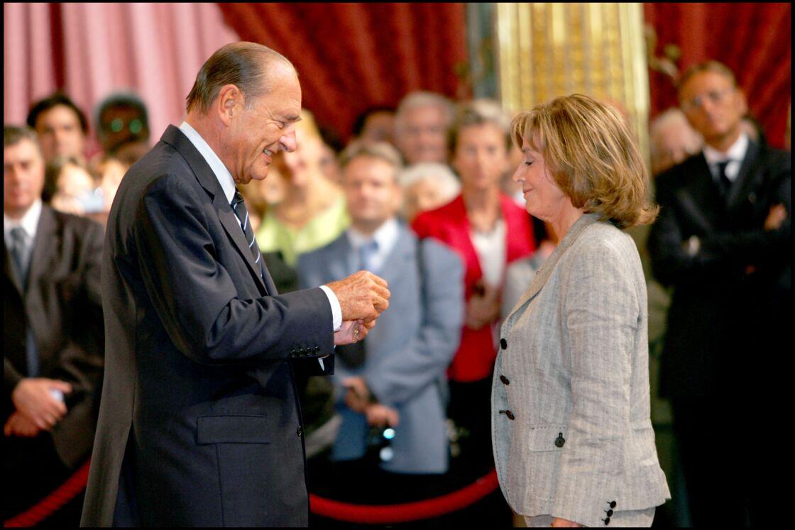 En remettant à Gisèle Halimi les insignes d'officier de la Légion d'honneur en 2006, Jacques Chirac a salué