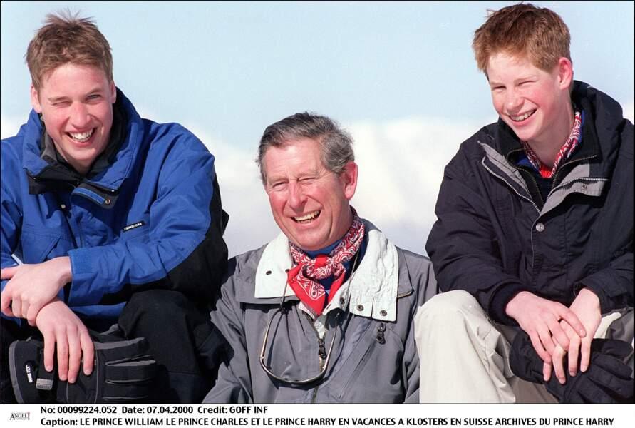 Moment de complicité entre le père et ses deux fils Harry et William lors de vacances de ski en Suisse. Devant les photographes, les frères tentent de faire bonne figure mais leur peine face à l'absence de leur mère est immense.