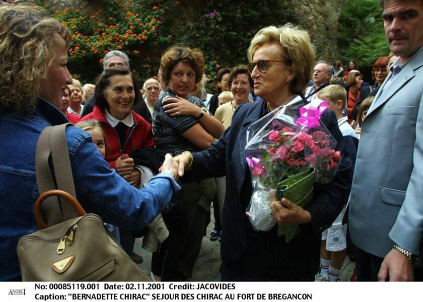 Heureux de côtoyer Bernadette Chirac à Bormes-les-Mimosas en 2001, certains badauds se pressent pour serrer la main d'une Première dame très accessible.