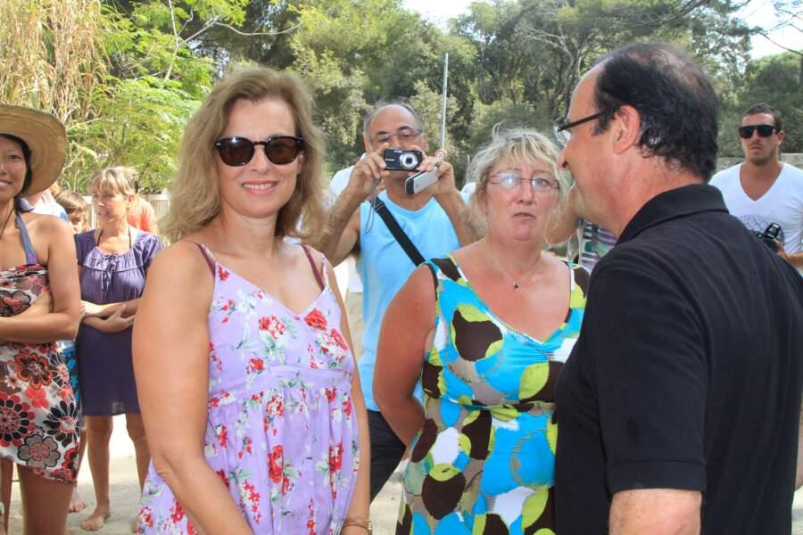 Le 12 août 2012, François Hollande fête son anniversaire aux côtés de Valérie Trierweiler. Le couple s'accorde un petit bain de foule avec les quelques badauds qui ont eu une pensée pour le président.