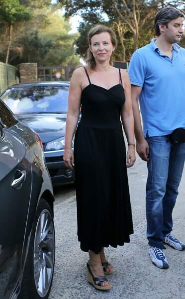 Valérie Trierweiler, joliment apprêtée en robe noire, salue avec François Hollande les quelques curieux qui sont venus les accueillir pour leur arrivée au Fort de Brégançon.