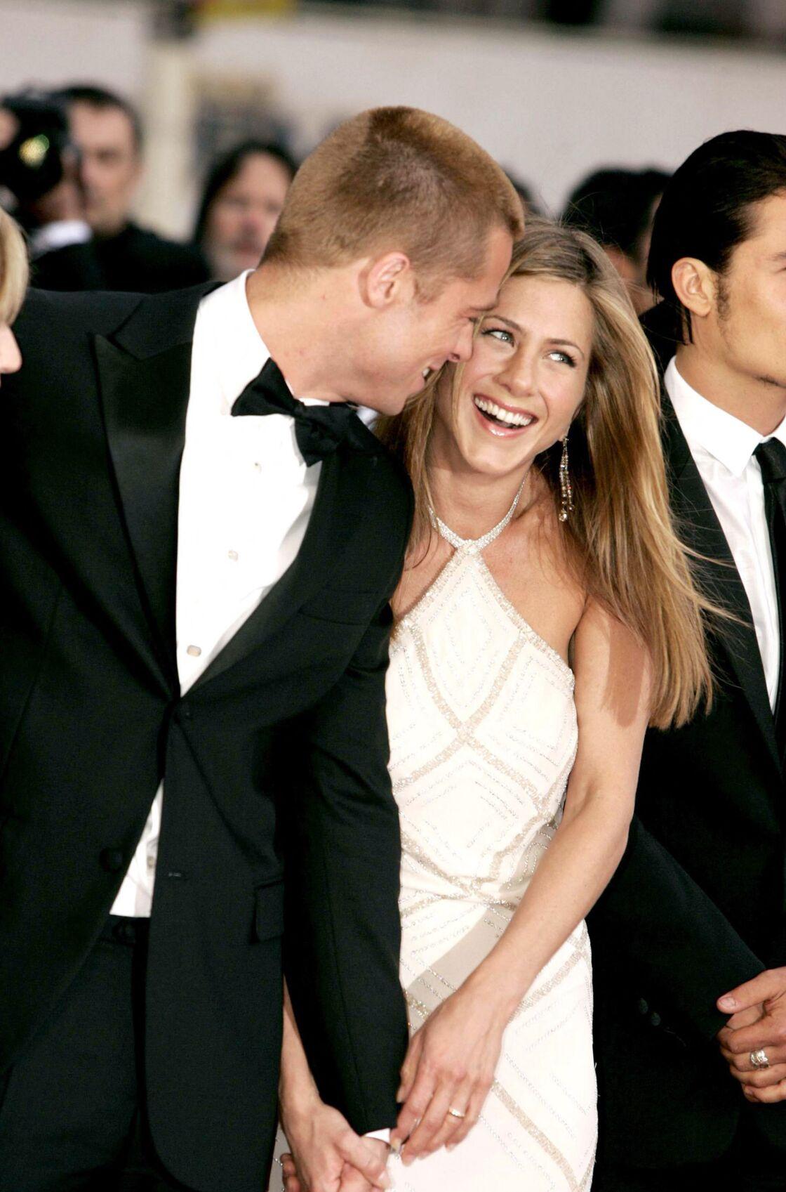 A Cannes en 2004, Brad Pitt ne laisse rien transparaitre au bras de Jennifer Aniston.