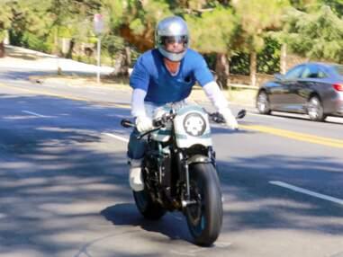 PHOTOS - Brad Pitt se rend en moto chez Angelina Jolie