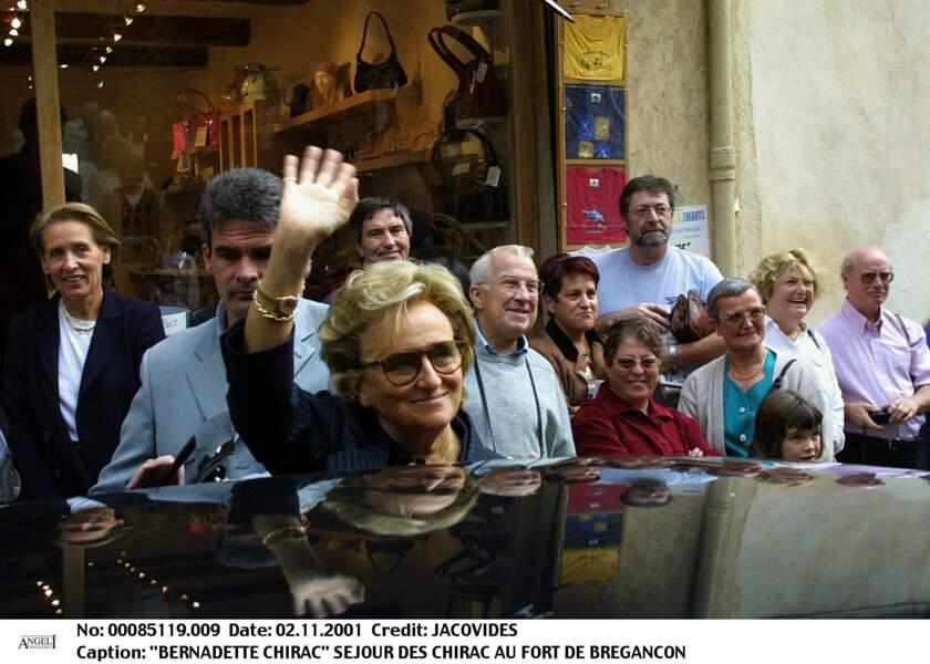 A son passage au Fort de Brégançon, Bernadette Chirac aime partir à la rencontre des Français.