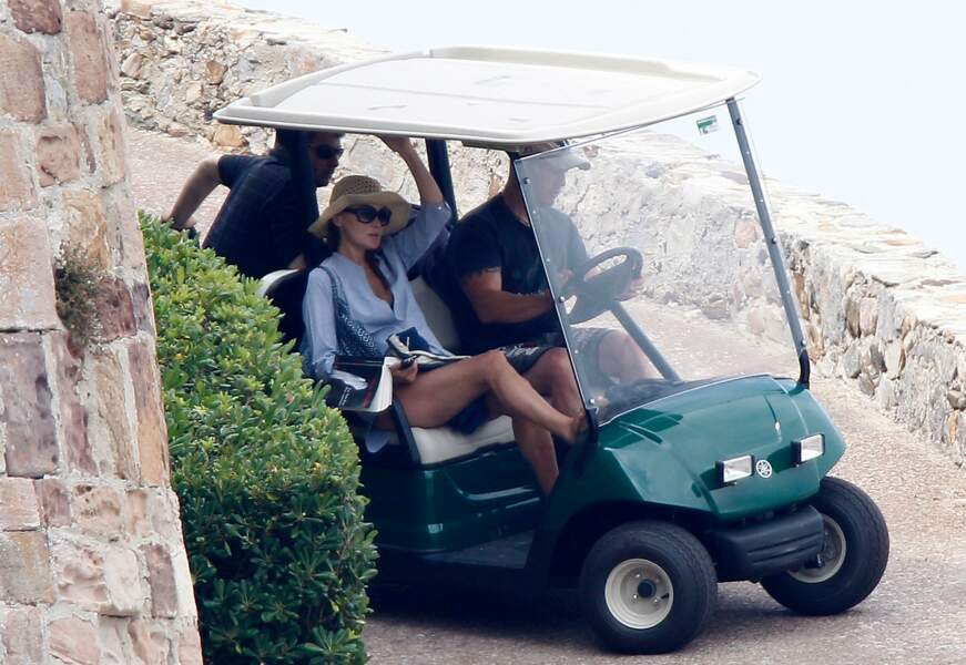 Seule ou accompagnée de son mari, Carla Bruni profite de la plage privée du Fort pour bronzer et lire en toute tranquilité, pendant que son mari s'adonne au footing autour de la propriété présidentielle.