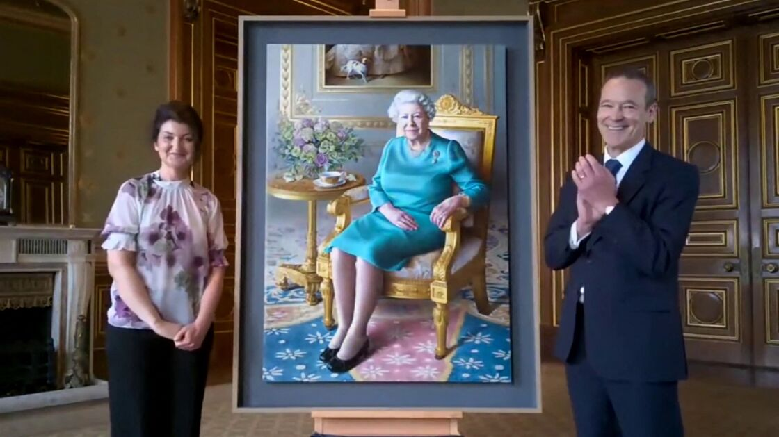 La reine Elisabeth II d'Angleterre a effectué une visite virtuelle au ministère des Affaires étrangères et du Commonwealth (FCO) pour le dévoilement de son nouveau portrait