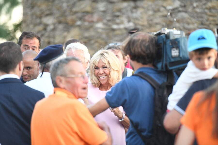 Après avoir marqué le 74ème anniversaire de la libération de Bormes-les-Mimosas, Brigitte Macron s'accorde un joyeux bain de foule avec la population. La Première dame semble combler par les marques d'affection à son égard.