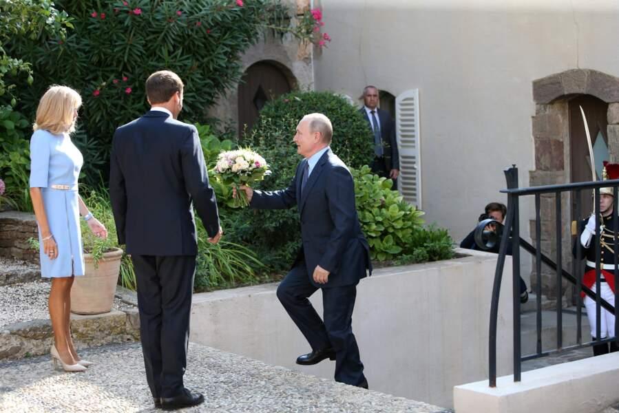 En 2019, Brigitte et Emmanuel Macron avaient également convié Vladimir Poutine au Fort de Brégançon. Ce dernier avait eu une tendre attention pour la Première dame.