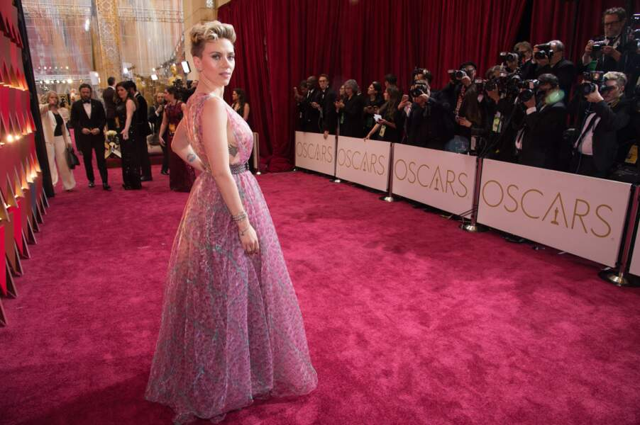 Scarlett Johansson a opté pour un tatouage coquin sous les seins, visible alors que l'actrice portait une robe vaporeuse aux oscars en 2017.