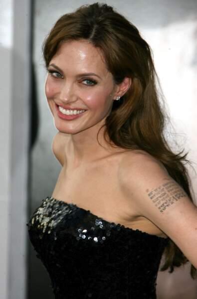 Angelina Jolie aime particulièrement les tatouages.