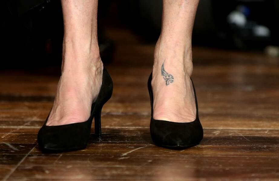 Catherine Deneuve a également choisi de se faire tatouer le pied gauche.
