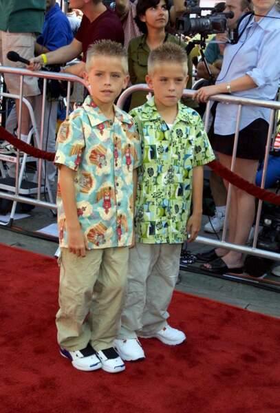 Cole Sprouse (ici avec son frère jumeau Dylan) en 2002