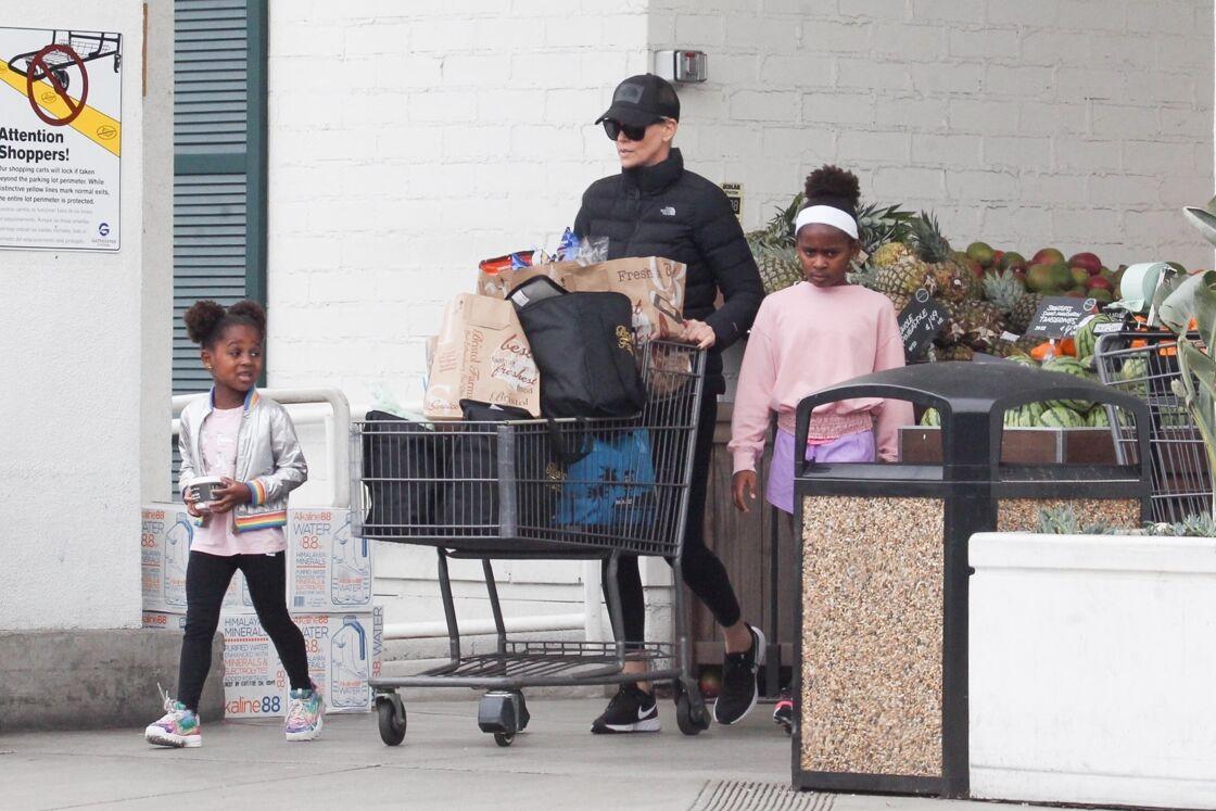 Charlize Theron est allée faire des courses au supermarché Bristol Farms avec ses enfants August et Jackson à Beverly Hills, Los Angeles, le 20 mars 2020.