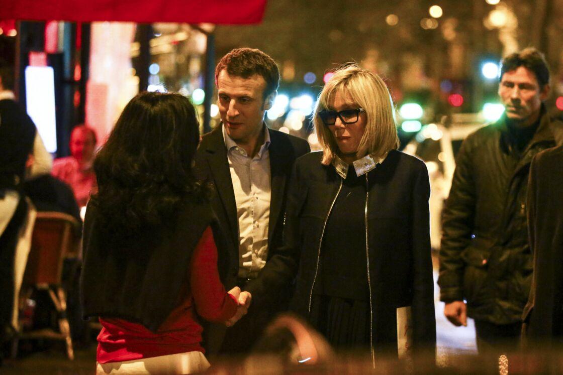 Emmanuel et Brigitte Macron saluent des passants devant La Rotonde, en novembre 2016.