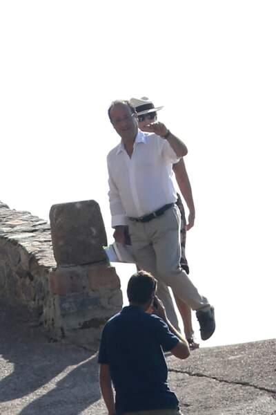 Pour ses balades autour du Fort de Brégançon, François Hollande optait pour un look plus décontracté