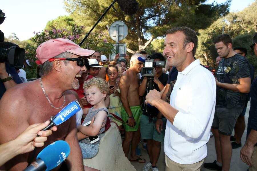En août 2018, Emmanuel Macron s'est lui aussi autorisé un bain de foule, durant lequel il a échangé, tout sourire, avec des vacanciers