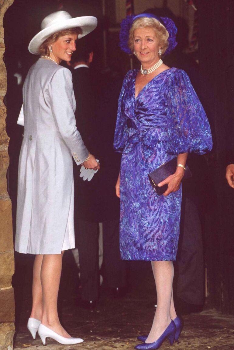 Abandonnée par sa mère étant enfant, Diana a toujours eu des relations compliquées avec celle-ci (ci dessus, Lady Di et Frances Shand-Kydd en septembre 1989)