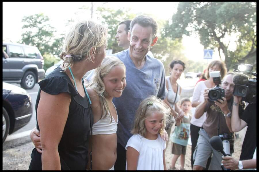 Entre deux footings, Nicolas Sarkozy, malgré la transpiration et la fatigue, prenait plaisir à saluer les vacanciers