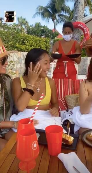 La serveuse apporte un gâteau à chacun des invités de l'anniversaire de Jade Hallyday