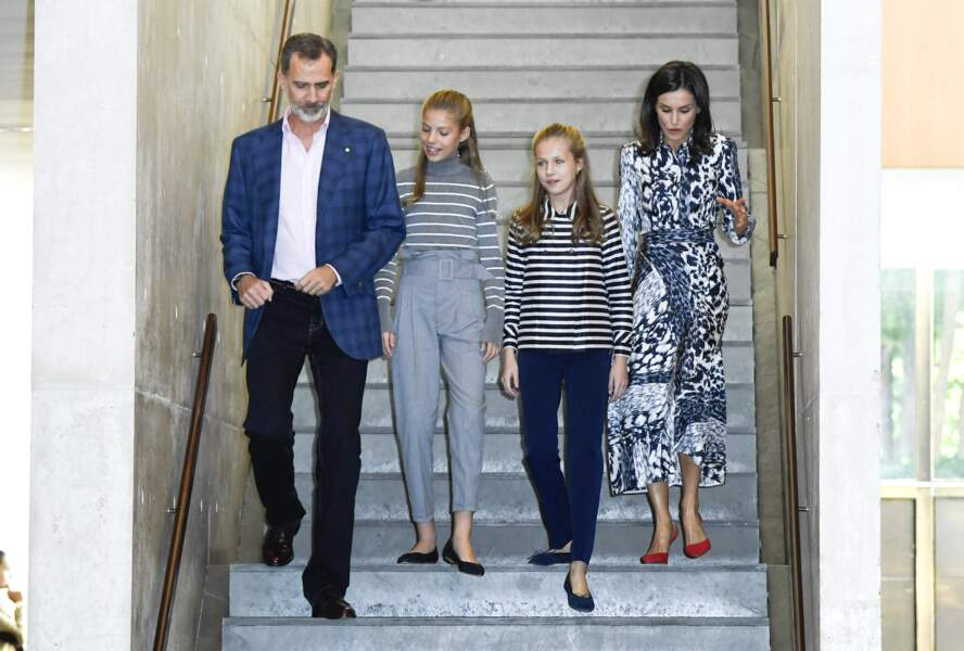Le roi Felipe VI d'Espagne, sa femme Letizia et leurs filles en toute décontraction.