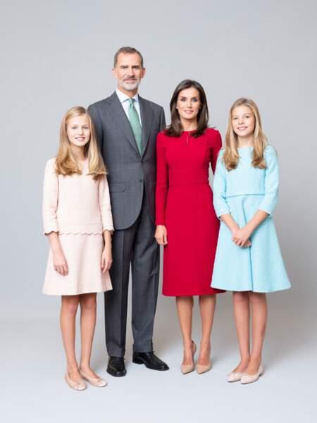 Le roi Felipe VI et la reine Letizia d'Espagne avec les princesses Leonor et Sofia pour la photo officielle de 2020.