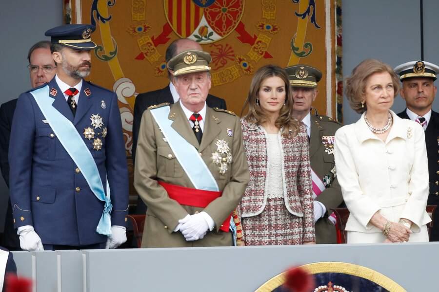 Felipe VI aux côtés de son père lors d'un défilé militaire le jour de la fête nationale espagnole. Son épouse Letizia et sa mère la reine Sofia les accompagnent.