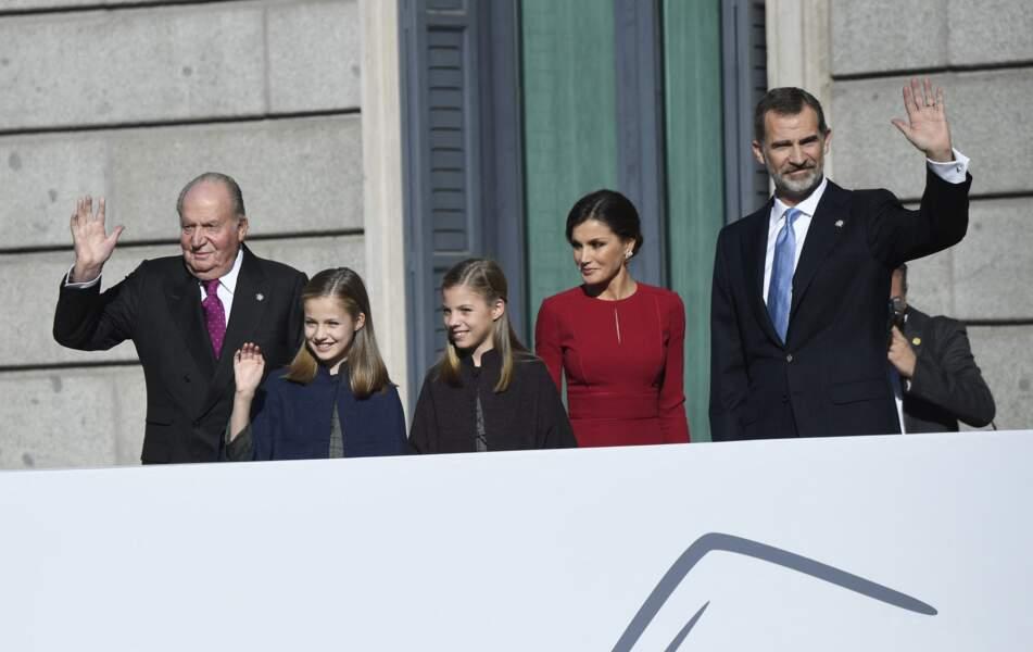 Juan Carlos accompagné de ses petites-filles les princesses Leonor et Sofia, avec leurs parents la reine Letizia, et le roi Felipe VI d'Espagne.