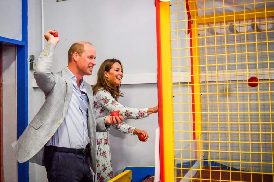 Après les peluches, les jeux avec des balles pour Kate et William