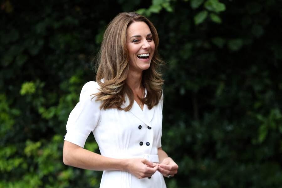 Kate Middleton dévoile sa nouvelle couleur de cheveux le 4 août 2020. Elle a laissé les reflets roux pour des reflets blonds.
