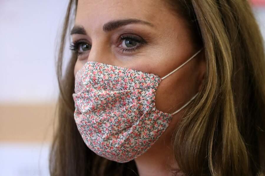 Pour sa première sortie officielle masquée ce mardi 4 août, Kate Middleton a choisi un modèle en tissu fleuri