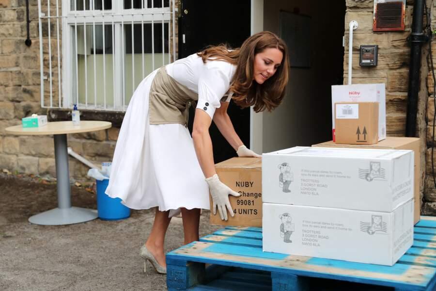 """Kate Middleton réceptionne des colis de dons à la """"baby bank"""" de Sheffield, ce mardi 4 août"""