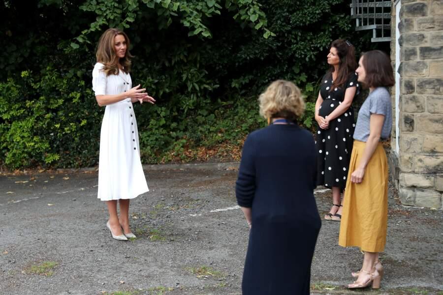 """Accueillie par les bénévoles de la """"baby bank"""", Kate Middleton respecte les règles de distanciation sociale ce mardi 4 août"""