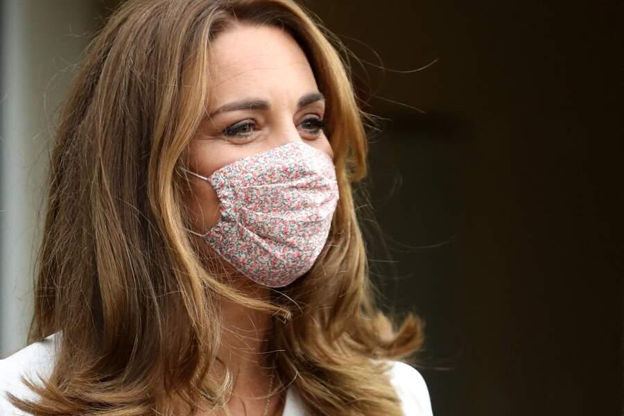 Kate Middleton rend visite à une banque de produits pour bébés à Sheffield, masque sur le visage ce mardi 4 août