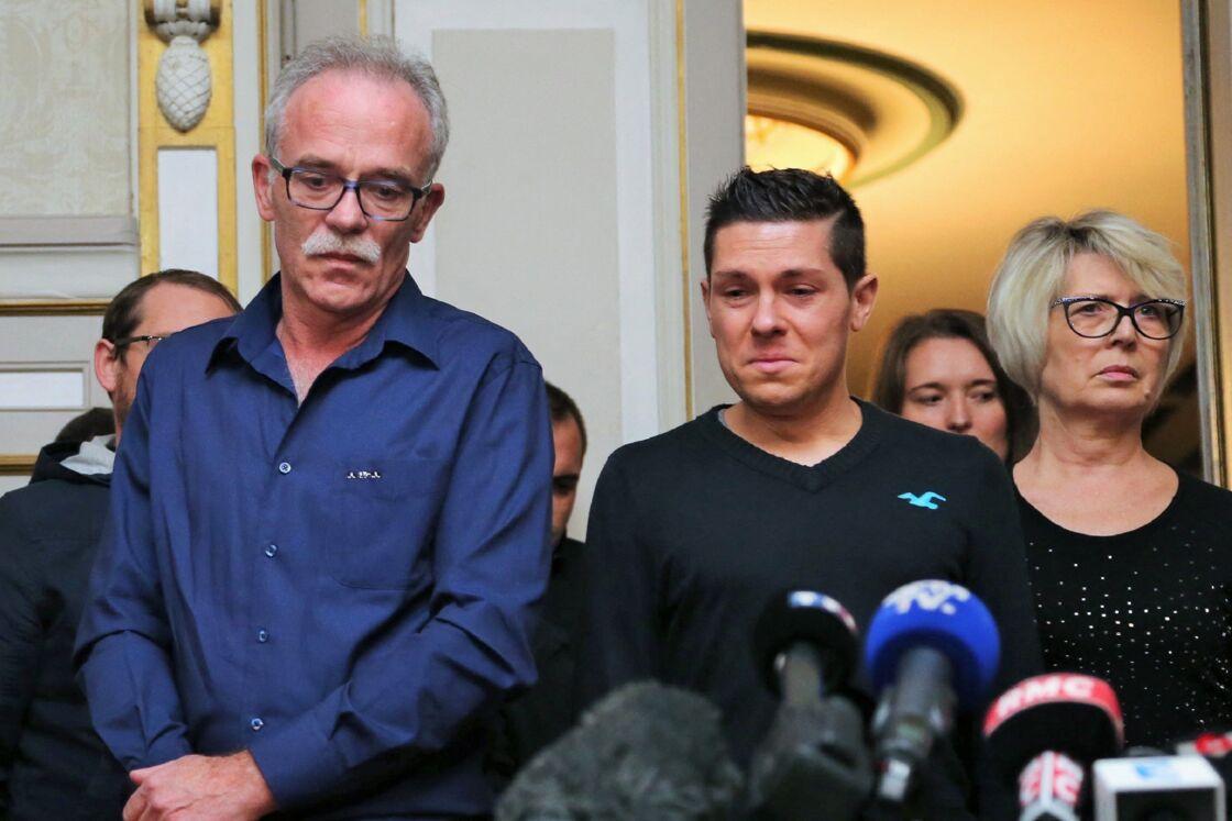 Jonathann Daval entouré de ses beaux-parents lors d'une conférence de presse à la mairie de Gray, après l'identification du corps d'Alexia.
