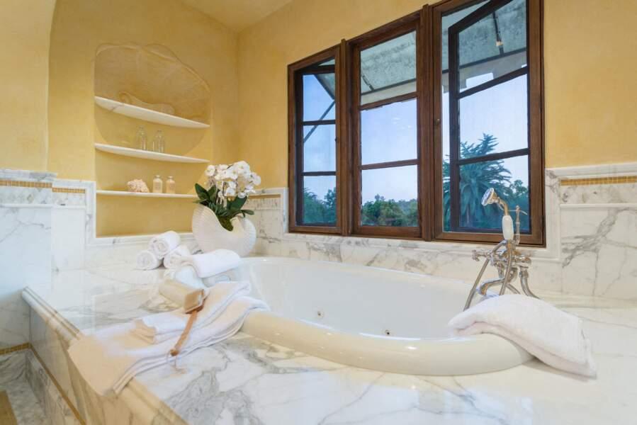 Une autre des sublimes salles de bain en marbre de la nouvelle villa de Meghan Markle et du prince Harry.