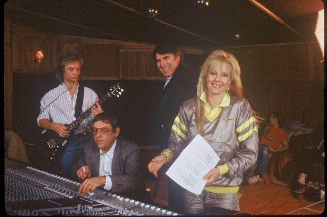 David Hallyday en studio d'enregistrement, entouré de sa mère Sylvie Vartan et de son beau-père Tony Scotti.