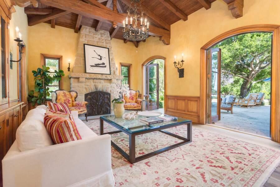 Côté salon, la nouvelle villa de Meghan Markle et du prince Harry. Une jolie pièce ouverte sur la terrasse.