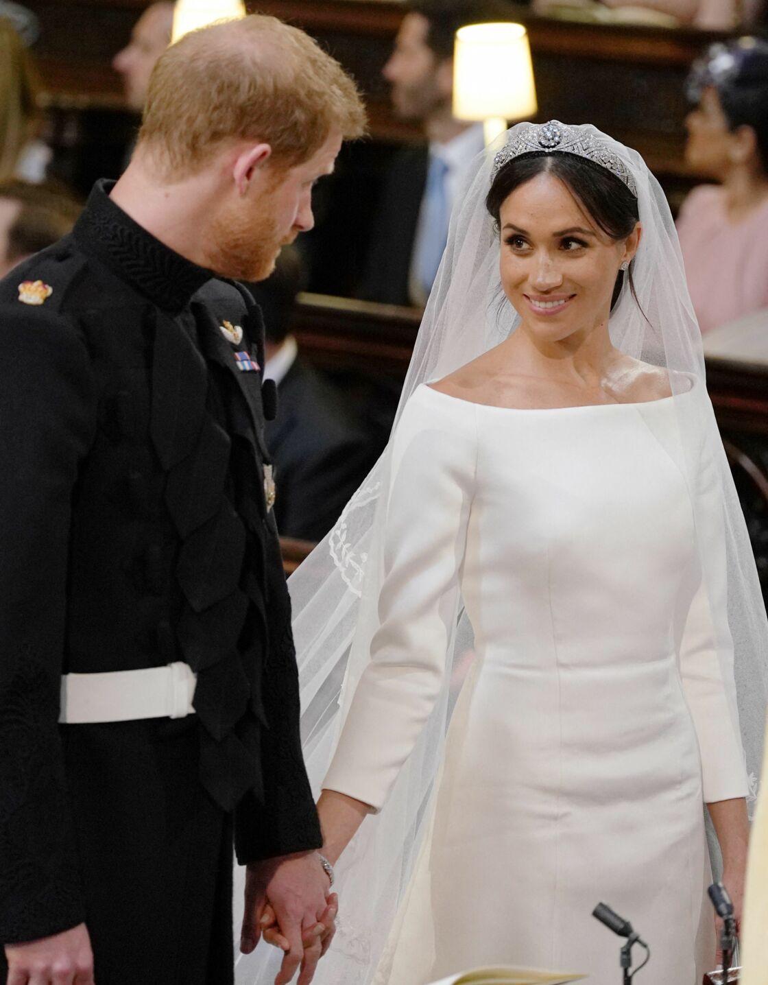 Angela Kelly finira par céder et proposera à Meghan Markle cinq tiares différentes pour son mariage. Son choix se portera sur un magnifique bandeau de diamants de la reine Mary créé en 1932