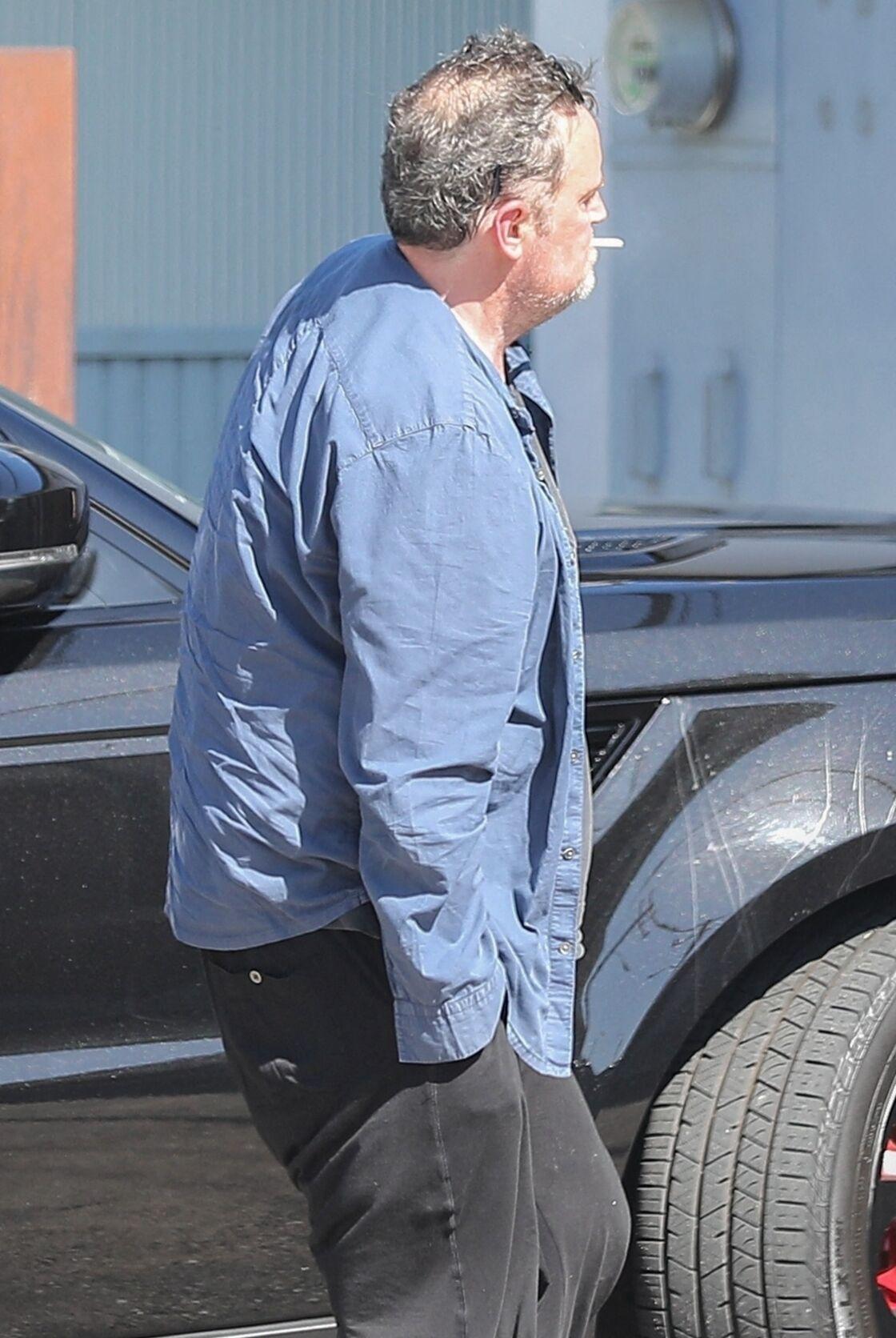 Matthew Perry, arrivant chez lui à Malibu, en train de fumer, le 12 juillet 2020