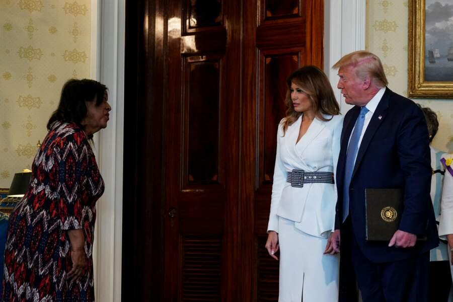 Melania Trump a opté pour une silhouette élégante, grâce à un tailleur jupe signé Michael Kors pour accompagner son mari, Donald Trump