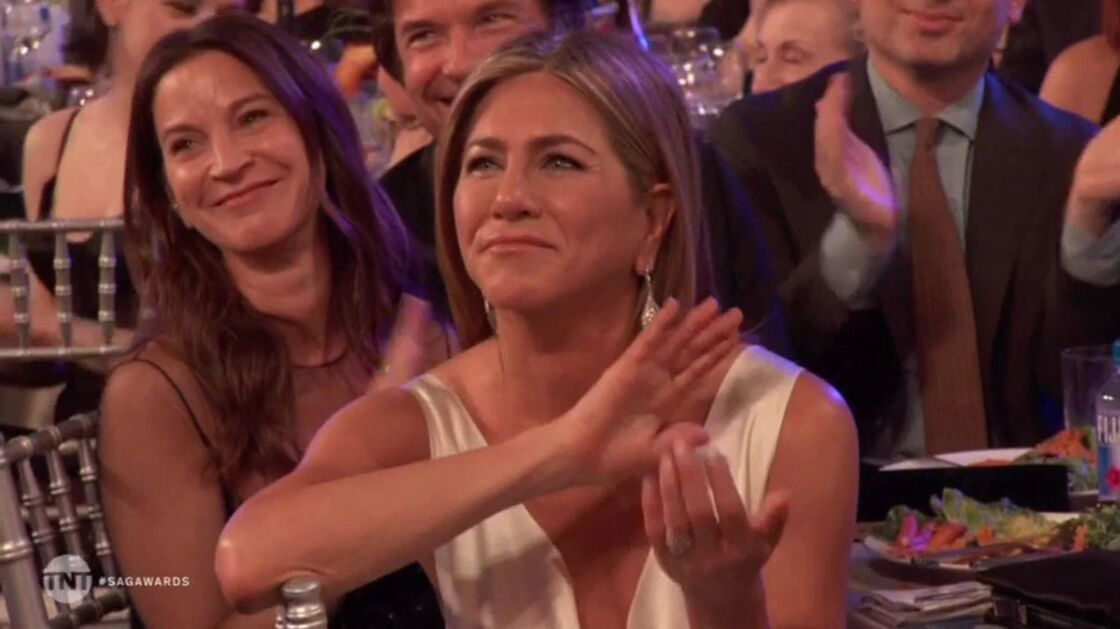 Jennifer Aniston, applaudissant Brad Pitt, lors de son discours aux SAG Awards, le 19 janvier 2020.