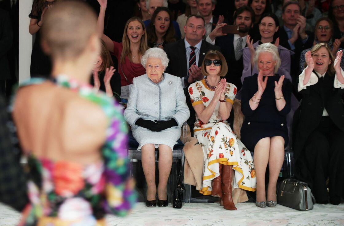 La reine Elizabeth, Anna Wintour et Angela Kelly assistent à un défilé du créateur Richard Quinn, le 20 février 2018 à Londres.