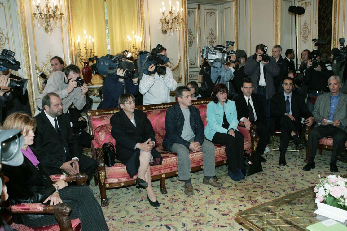 Eric Dupond-Moretti, à gauche, au côté de Roselyne Godard, reçus avec les autres acquittés du procès Outreau à la Chancellerie, le 27 septembre 2004.
