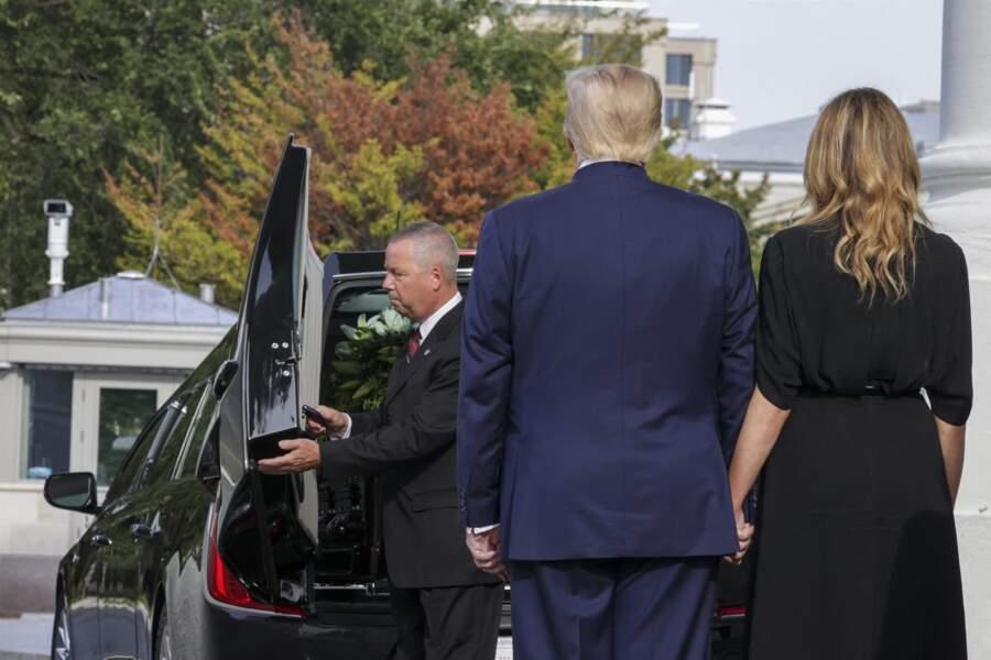 Donald et Melania Trump, de dos, derrière le convoi funéraire de Robert Trump, le 21 août 2020