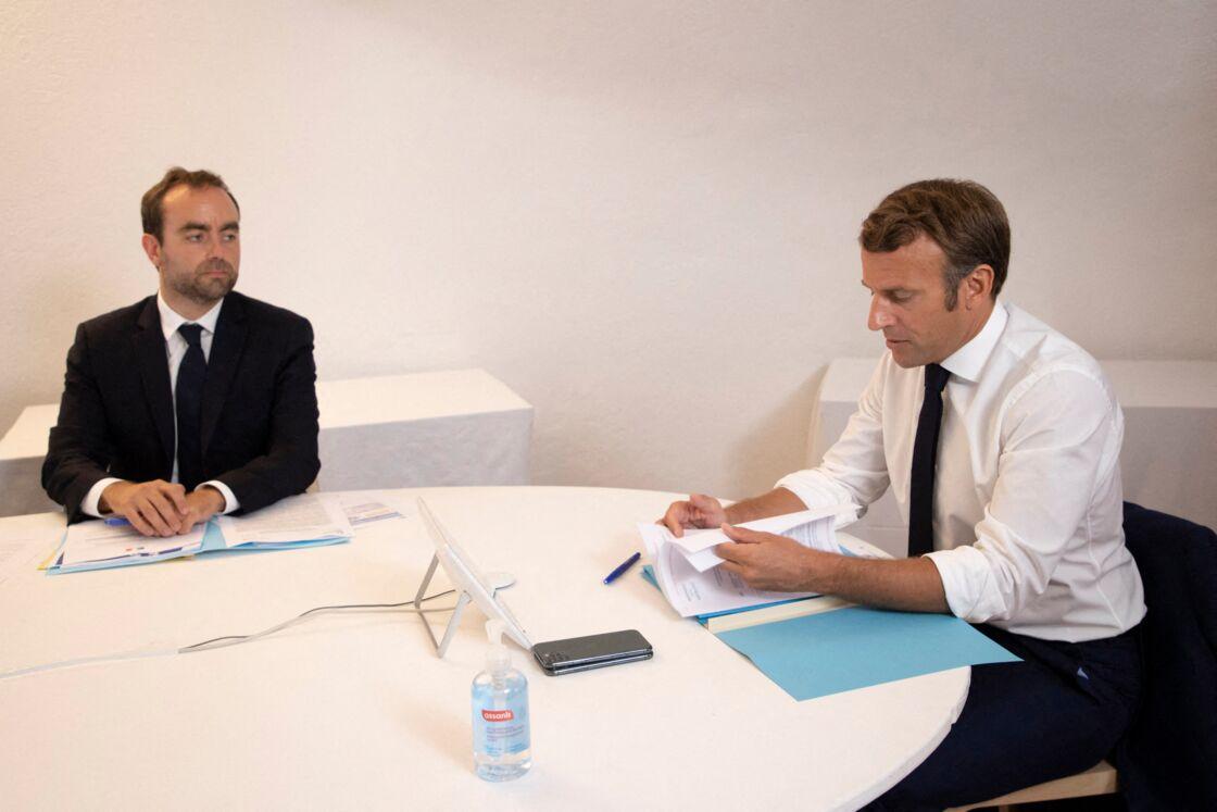 Sébastien Lecornu et Emmanuel Macron lors d'un conseil de défense au sujet de l'épidémie de coronavirus en visioconférence, depuis le Fort de Brégançon le 11 août 2020.