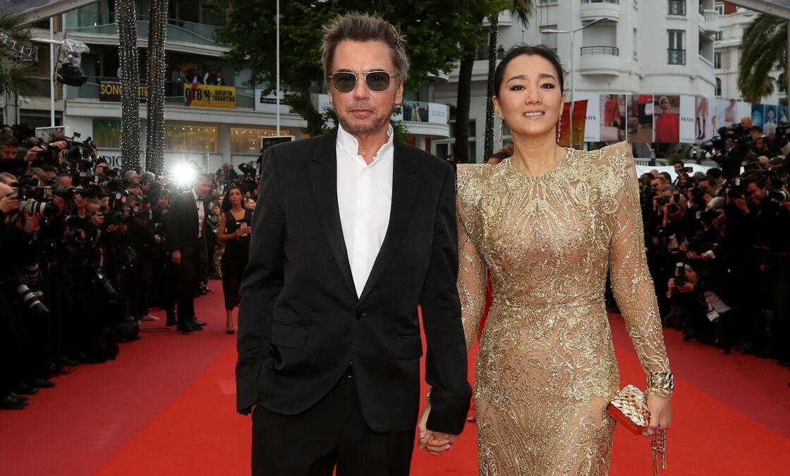 Jean-Michel Jarre et sa compagne Gong Li (robe Elie Saab)- Montée des marches du film
