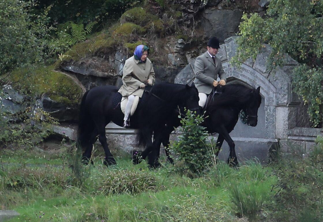 La reine Elisabeth II d'Angleterre fait une promenade à cheval à Balmoral le 10 septembre 2017.
