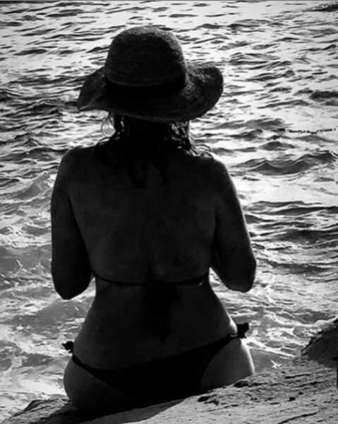 Mystérieuse et somptueuse Emmanuelle Béart en bikini à la plage