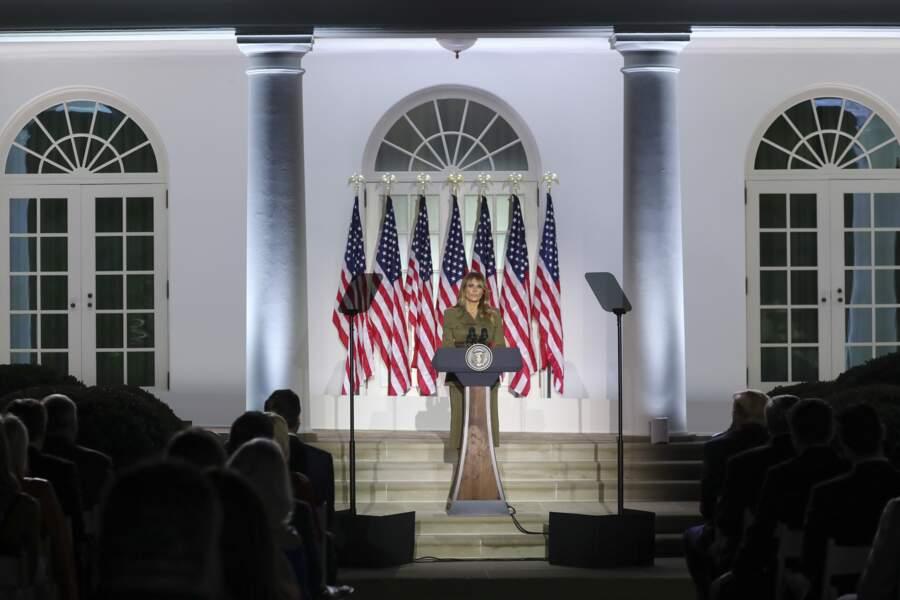 Melania Trump en tailleur kaki Alexander McQueen