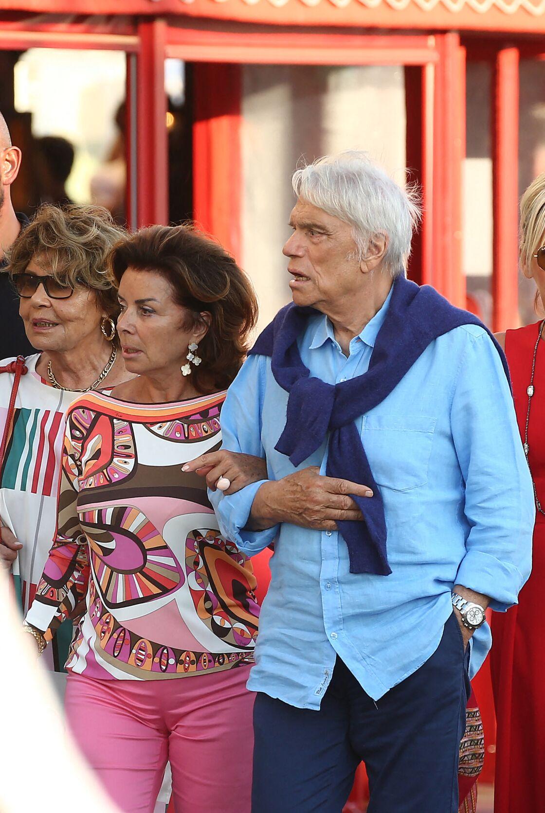 Bernard Tapie accompagné de sa femme Dominique, dans les rues de St-Tropez, en juillet 2020.